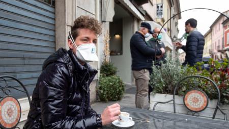 Италия -  кафе в епидемична обстановка, Неапол, март 2020 г.