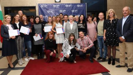Радиожурналисти от националните и регионални програми на БНР с получените дипломи за майсторски клас по журналистика на БНР Академия, техни преподаватели и ръководители на церемонията в София.
