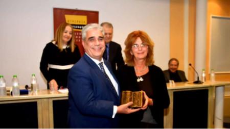 Ο αντιδήμαρχος Αθηνών Ελευθέριος Σκιαδάς με την Ζντράφκα Μιχάηλοβα