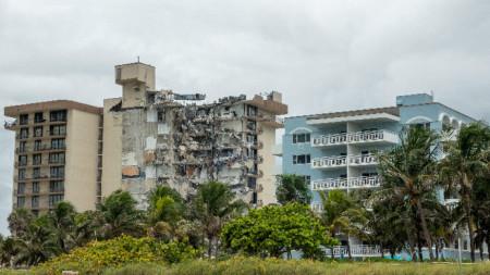 Частично срутената сграда край Маями.