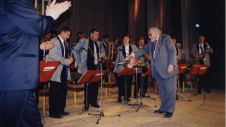 Жул Леви дирижира оркестъра в Севлиево