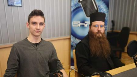 """Димитър Дудов и йеромонах Мелетий в студиото на """"Хоризонт за вас""""."""