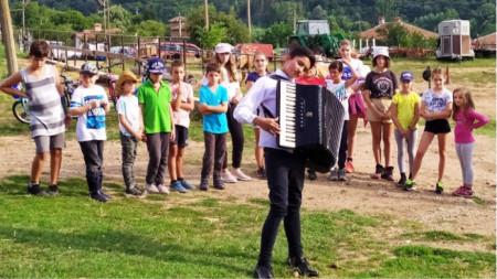 Деца на летен лагер в село Макоцево