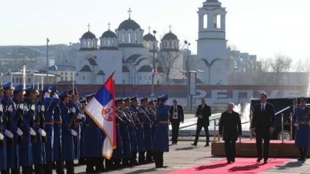 Владимир Путин бе посрещнат в Белград с военни почести.