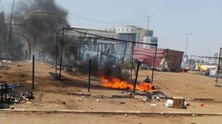 Прочистеният район от демонстранти до щаба на военните в суданската столица Хартум, които управляват страната след свалянето на президента Омар Башир през април.