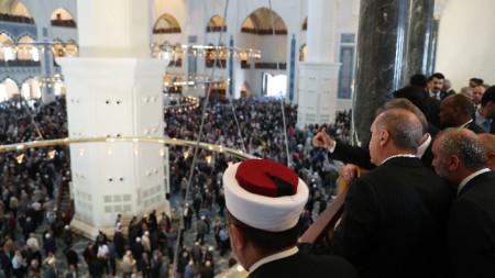 Турският президент Реджеп Ердоган (в гръб в средата) присъства на откриването на джамията, чийто строеж започна през 2013 г. по негово искане.