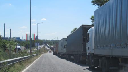 """Около 10 километра достигна днес опашката от тирове преди """"Дунав мост"""" при Русе, като колоната достигна до разклона за Мартен."""