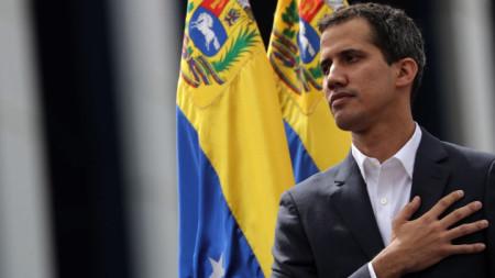 Опозиционерът Хуан Гуайдо, който е шеф на парламента на Венецуела се обяви на митинг в Каракас за президент.