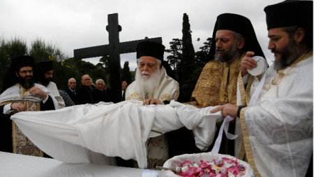 Светият синод на Гърция отказа да приеме предложението духовниците да напуснат статута си на държавни служители и освободят 10 000 места в държавния сектор.