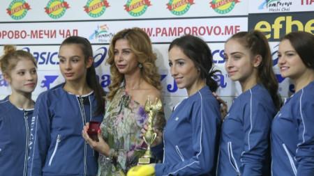 Весела Димитрова и ансамбълът с наградите си.