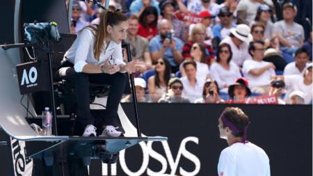 Марияна Вельович обяснява на Федерер за какво го предупреждава.