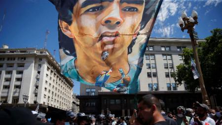 Стотици хиляди аржентинци се сбогуваха с Диего Марадона.