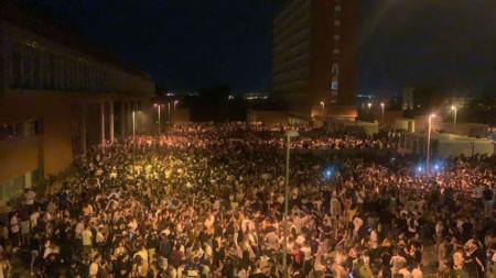 """Кадър от партито на територията на университета """"Комплутенсе"""" в Мадрид"""