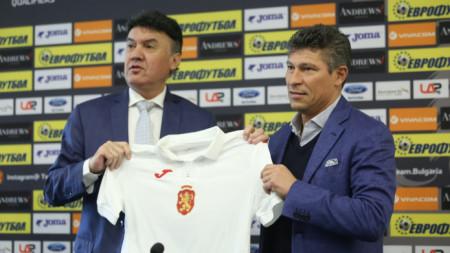 Борислав Михайлов подари фланелка с №20 на Красимир Балъков.