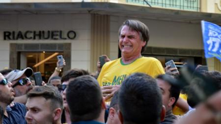 Крайнодесният кандидат за президент на Бразилия и депутат Жаир Болсонаро реагира след намушкването в град Жуиз ди Фора.