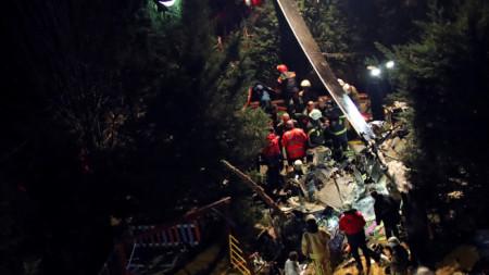 Пожарникари и полиция на мястото на катастрофиралия хеликоптер в Истанбул.