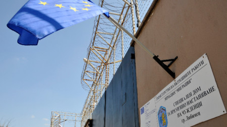 Болните от краста мигрантите тази сутрин бяха транспортирани от Горна Оряховица към бежанския център в Любимец.