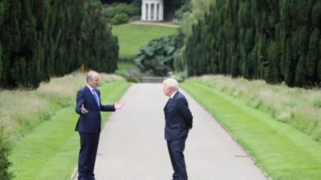 Борис Джонсън (вдясно) с ирландския си колега Михол Мартин.