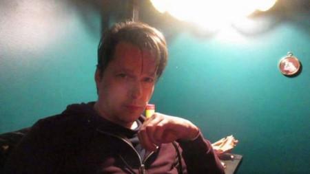 """Кадър от ъндърграунд видеопредаване на """"Аларма"""" с Боян Манчев от пещта на """"Метеор"""""""