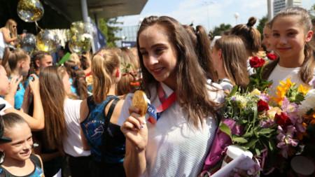 Стефани Кирякова показва златния си медал в София след завръщане от олимпиадата в Токио.