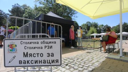 Мобилен пункт за ваксинация срещу Covid-19 в Северен парк в София, 5 юни 2021 г.