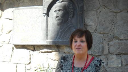 Издателят Надя Фурнаджиева пред барелефа на летописеца на Пловдив