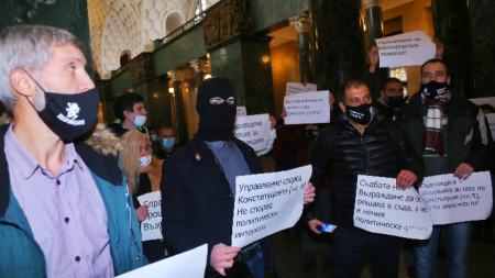 """Протест в Софийския градски съд където се гледа иска на прокуратурата за закриване на партия """"Възраждане""""."""