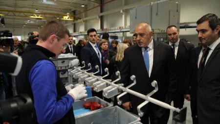 """Премиерът Бойко Борисов в завода на американската компания """"Варок лайтинг системс"""" в Димитровград при откриването на ново производство в него."""