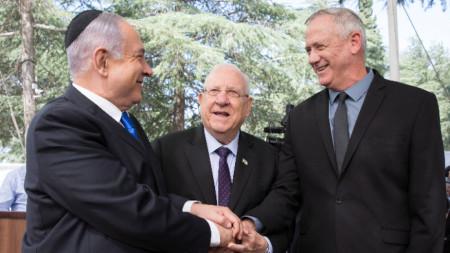 Бени Ганц (вдясно) с президента Реувен Ривлин (в средата) и Бенямин Нетаняху