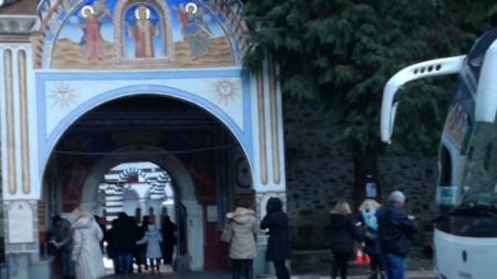 Паркингът пред Дупнишката порта на Рилския манастир.