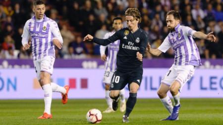 Лука Модрич (с топката) отбеляза четвъртия гол за Реал.