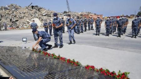 Членове на ливанските сили за сигурност полагат цветя на мемориала в памет на жертвите на пристанището в Бейрут.