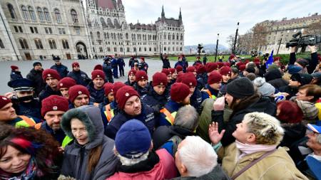 Критиците наричат промените в трудовото законодателство на Унгария