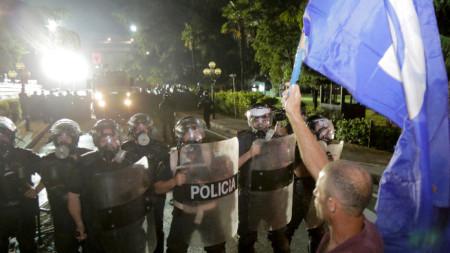 Албанската опозиция огранизира серия от протести с искане изборите да бъдат отложени