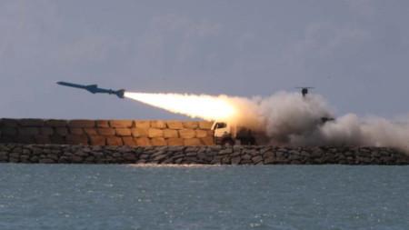 """Крилата ракета """"Гадир"""", изстреляна по време на иранските военни учения."""