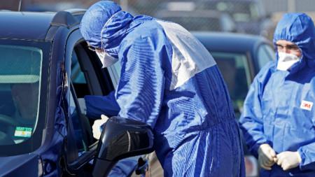 Воeнни лаборанти вземат проби за тестове през прозореца на автомобил, Германия, Санкт Вендел, 26 март 2020 г. Бундесверът стартира през март програма, управлявайки три центъра за тестване на коронавирус в провинция Саар.