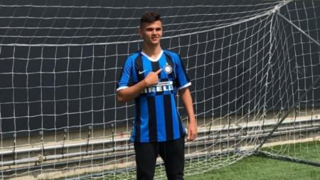 16-годишният Никола Илиев позира с екипа на Интер.