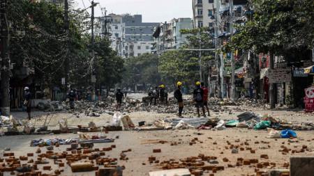 Демонстранти подготвят тухли за протест срещу военния преврат, 13 март 2021 г.