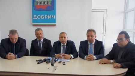 Йордан Апостолов (в средата) е кандидатът за кмет от НФСБ за Добрич