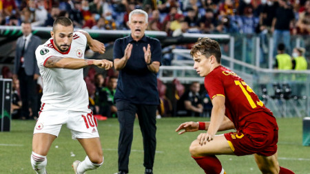 Георги Йомов (вляво) финтира Рикардо Калафиори от Рома пред погледа на Жозе Моуриньо