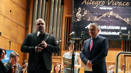 """Найден Тодоров (вляво) с приза """"Музикант на 2018 година"""", водещата на церемонията Ирена Гъделева и  генералният директор на БНР Александър Велев."""