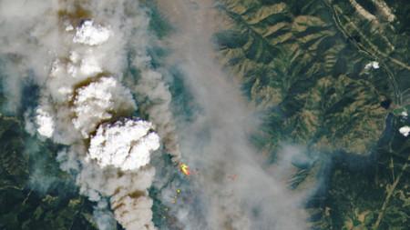 Изображение, предоставено от НАСА, показва пожара при McKay Creek, Британска Колумбия, Канада, 30 юни 2021 г. До края на юни 2021 г. в канадската провинция са горели повече от 40 пожара, сочат данните на BC Wildfire Service.