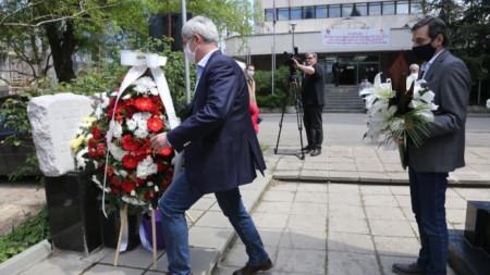 Поднасяне на цветя и почитане на паметта на загиналите при трудови злополуки пред сградата на КНСБ в София през 2020 г.