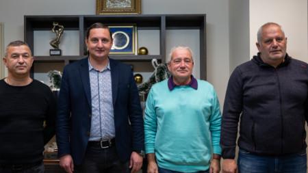 Директорът Асен Караславов с Ферарио Спасов и Лилчо Арсов след подписването.