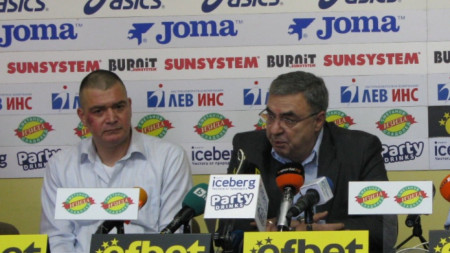 Кристиян Минковски (вляво) и президентът на БФПлуване Георги Аврамчев.
