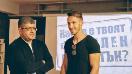 Проф. Постаджиян разговаря с младия си колега д-р Наум Шопов, който също подкрепя кампанията
