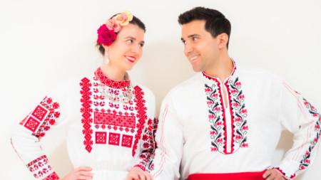 Младоженците Петя и Калин в народни носии