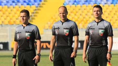 Николай Йорданов (в средата) ще ръководи Локомотив (Пд) - ЦСКА София.