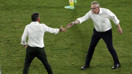 Селекционерите Луис Енрике (вляво) и Яне Андершон се поздравяват след мача.