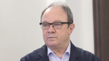 Настоящият председател академик Юлиан Ревалски е единственият кандидат за поста.